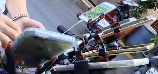11台のスマートフォンを自転車に取り付けて走る男性、その理由は?