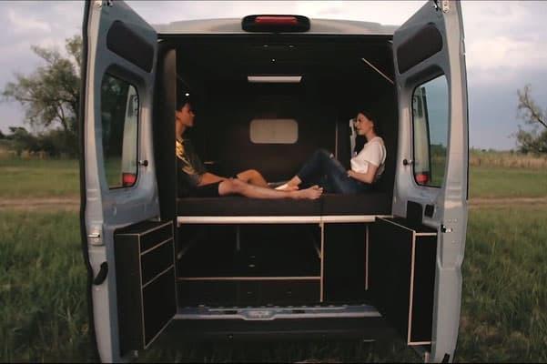 秘密基地の匂いがするキャンピングカー―家具デザイナーの作った「Vanjoy」