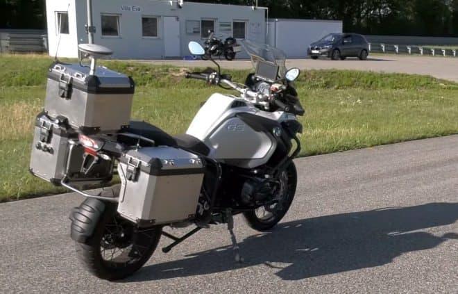 BMWが自動運転バイクのテスト映像を公開