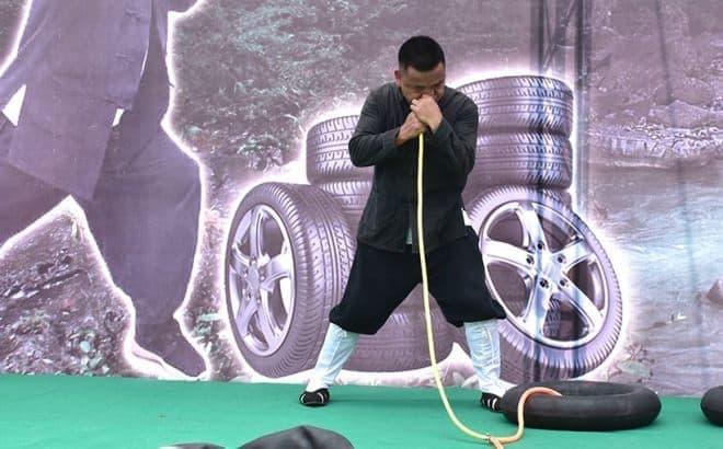 鼻息で、タイヤチューブを膨らませる男、現る - 2分30秒で12本のタイヤを膨らませ、世界記録に