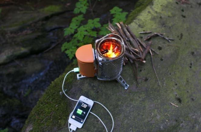 枯れ枝を燃料として利用するキャンプ用ストーブBioLiteの「CampStove」