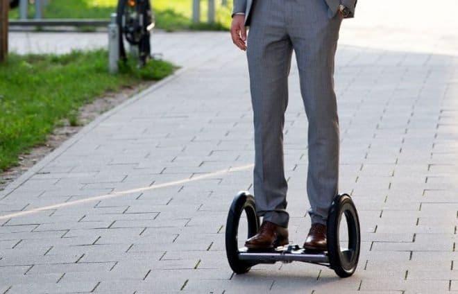 電動スクーター「UrmO」-折り畳むとブリーフケースサイズに