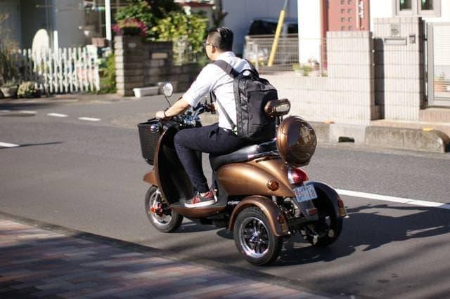 原付に見えますが、電動ミニカーです ― 普通免許で乗れる「JACKBIKE Q-1」