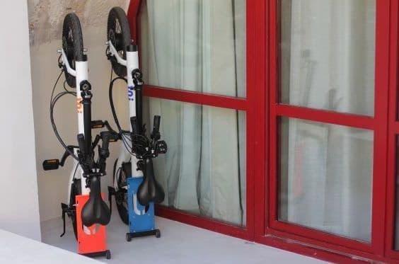 立てて収納する電動アシスト自転車「UNI Micro」