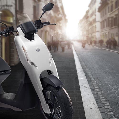 電動スクーター最速?-Zapp「i300」の0-72kmは4.10秒、最高速度は時速96km