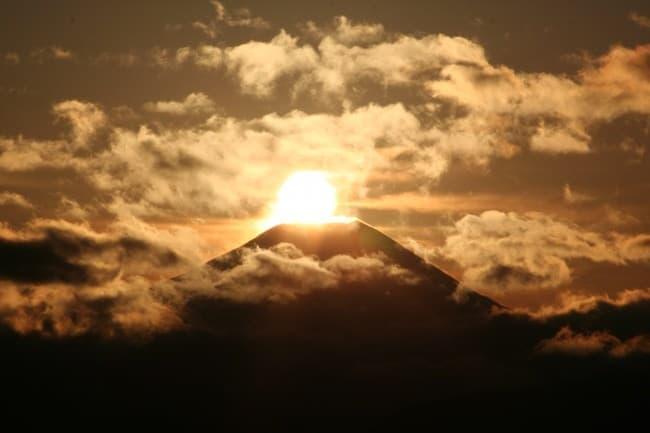 高尾山から、ダイヤモンド富士を見る ― 高尾山から新宿まで座って帰れる「高尾山ハイキング号」運行