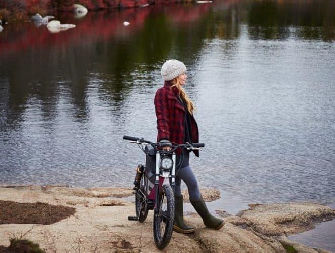 シートはバイク用ではないが、バイクを想起させるデザイン