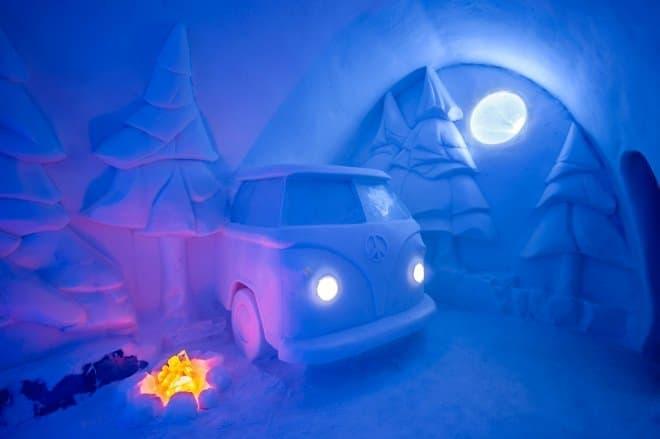 部屋の中に、VWバスの氷像が!-すべて氷でできたアイスホテルが今年の部屋を公開