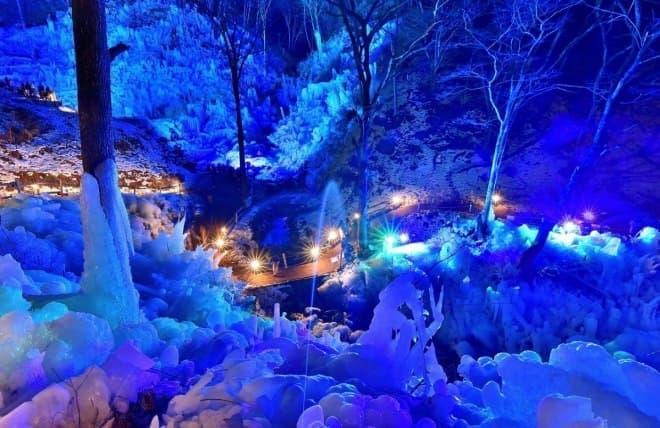ライトアップされた「あしがくぼの氷柱」を、レッドアロー号で見に行く