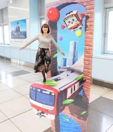 目の錯覚を活用した「錯視サイン」、羽田空港国際線ターミナル駅に登場
