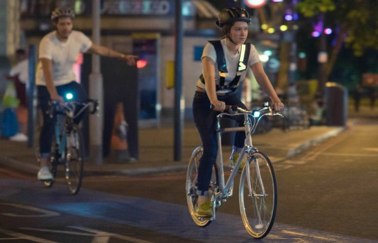 羽織る自転車用方向指示器&テールランプ「Wayv」