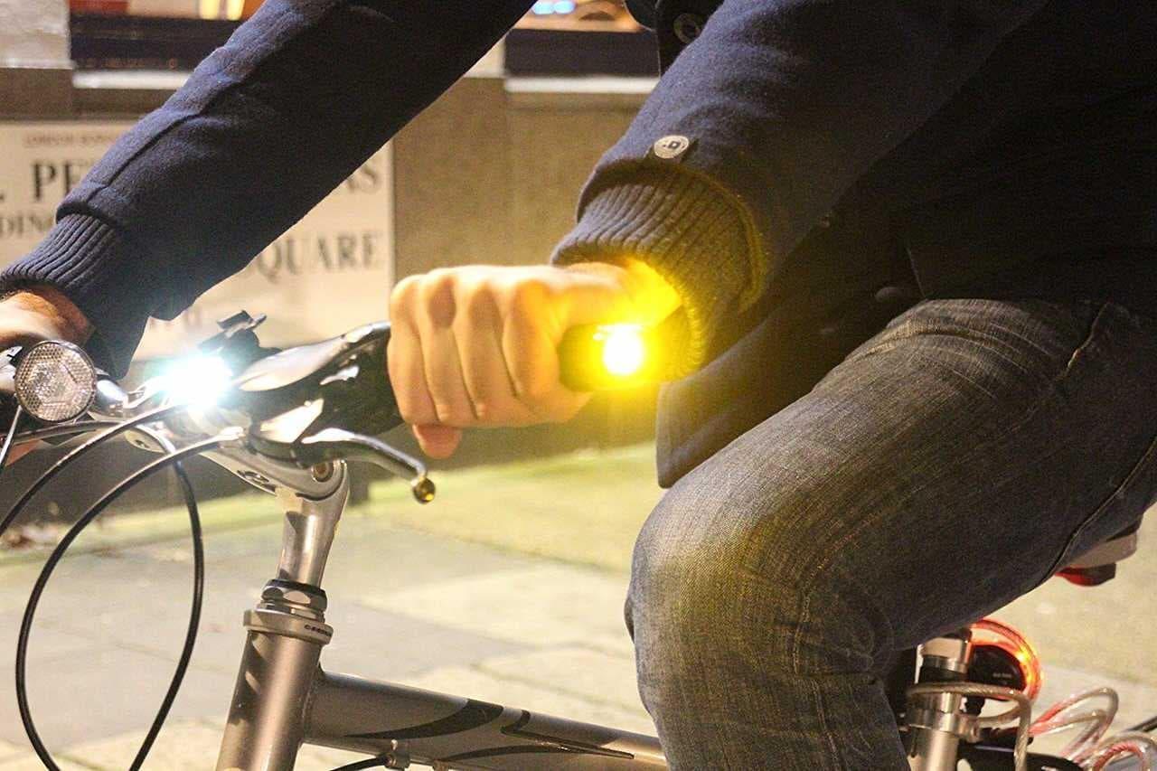 """ウインカーを手首に巻くメリットは3つあります ― 自転車用のウインカー「sig""""」"""