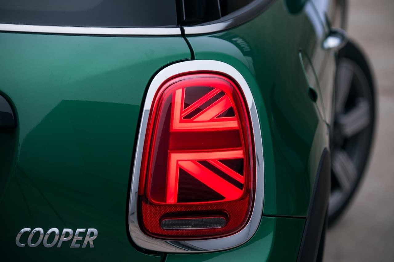 「MINI」生誕60周年を祝う特別仕様車「MINI 60 YEARS EDITION」発売