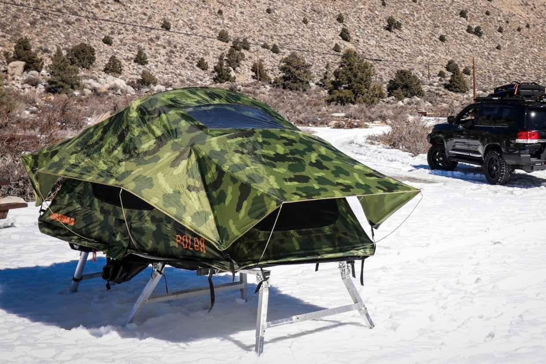 ルーフトップテントを地上設営可能にするフレーム「Hitch Tent」