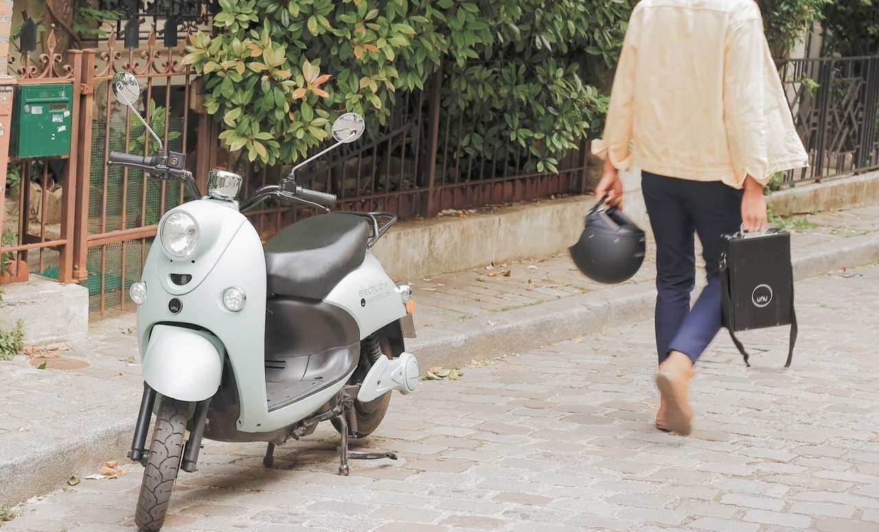 シート下にヘルメットが2個入る電動バイク「unu Scooter」