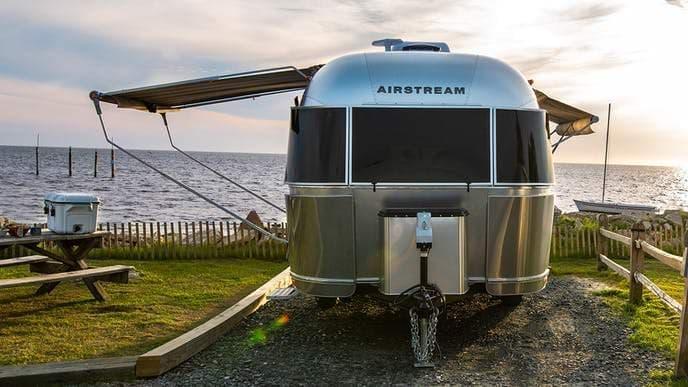 Airstream、キャンピングトレーラー「Bambi」「Caravel」をラインナップに復活