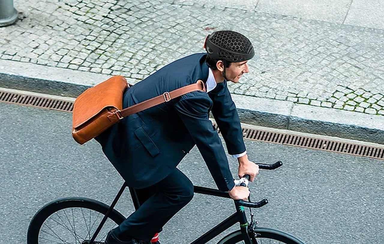 くるりんぱ―小さめなバッグにも入る自転車用ヘルメット「Cyclo Helmet」