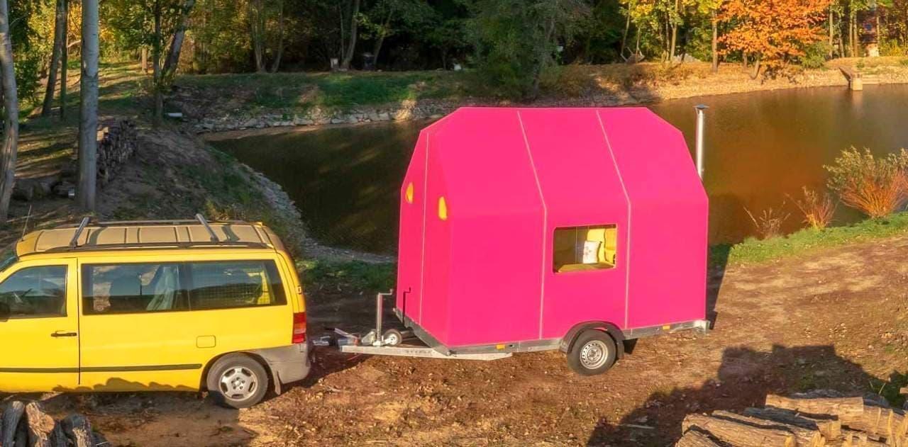 クルマで牽引するキャンピングトレーラータイプのタイニーハウス「Magenta」