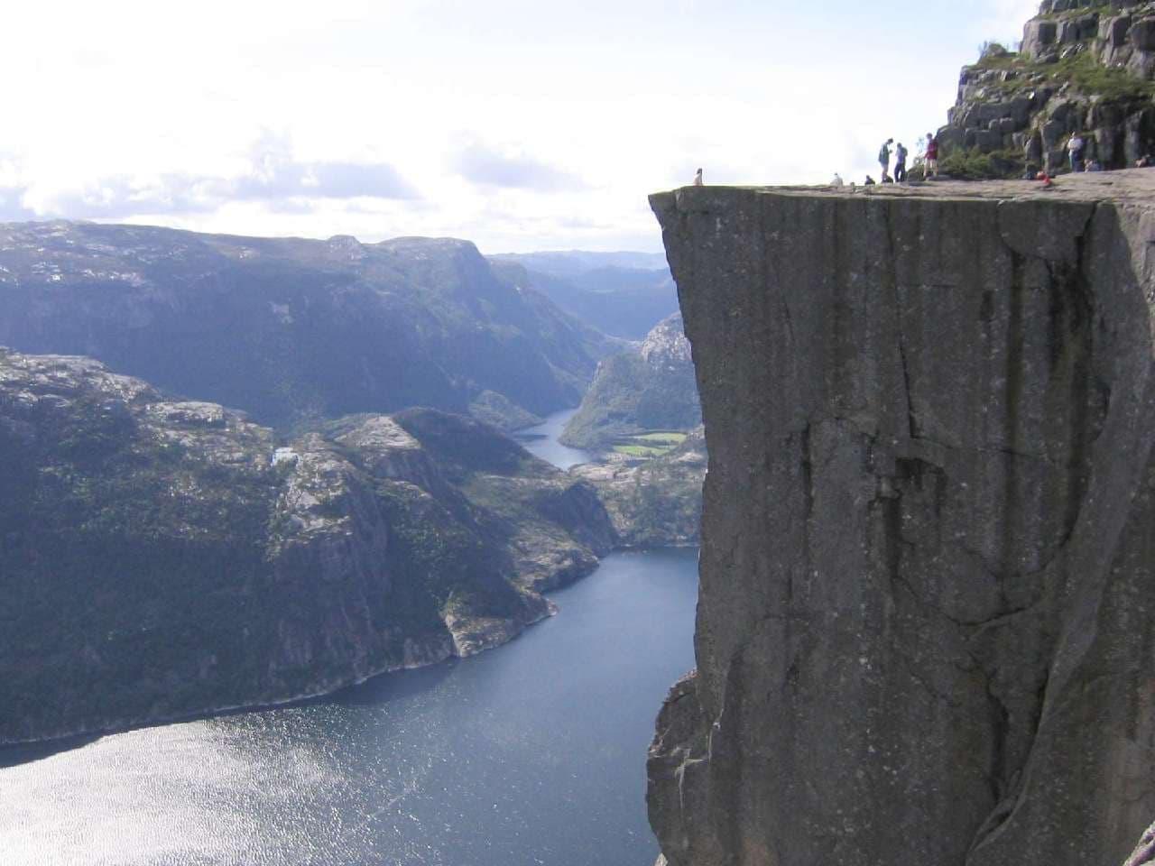 アナ、クリストフ、オラフが落ちた崖にプールを作る? 崖からフィヨルドを見下ろせる、世界一怖いスケスケプール