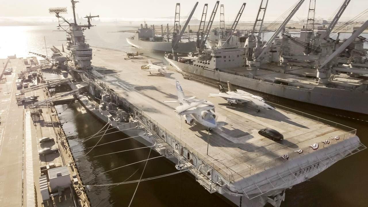 ポルシェ「タイカン」が米航空母艦で加速&制動テスト