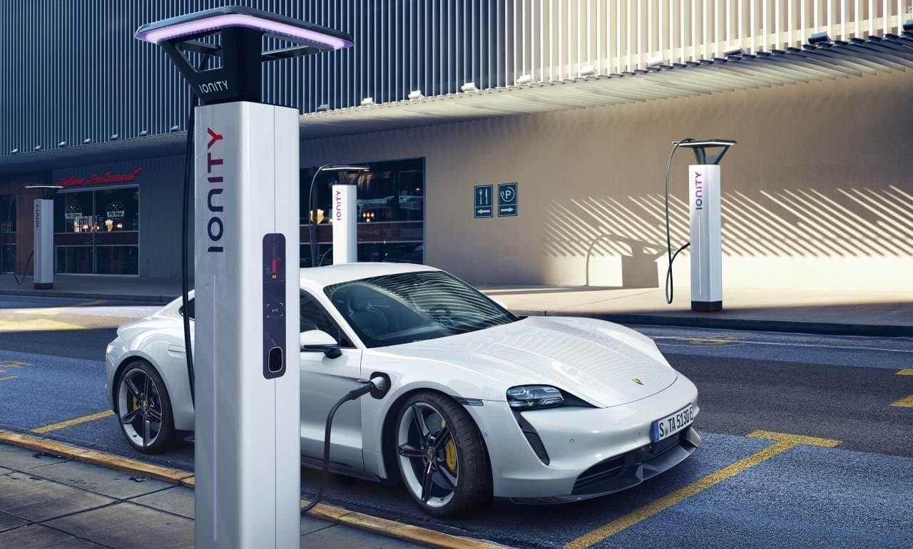 5分の充電で100キロ走れる!充電の常識を覆した761馬力のポルシェ「タイカン」ついに公開