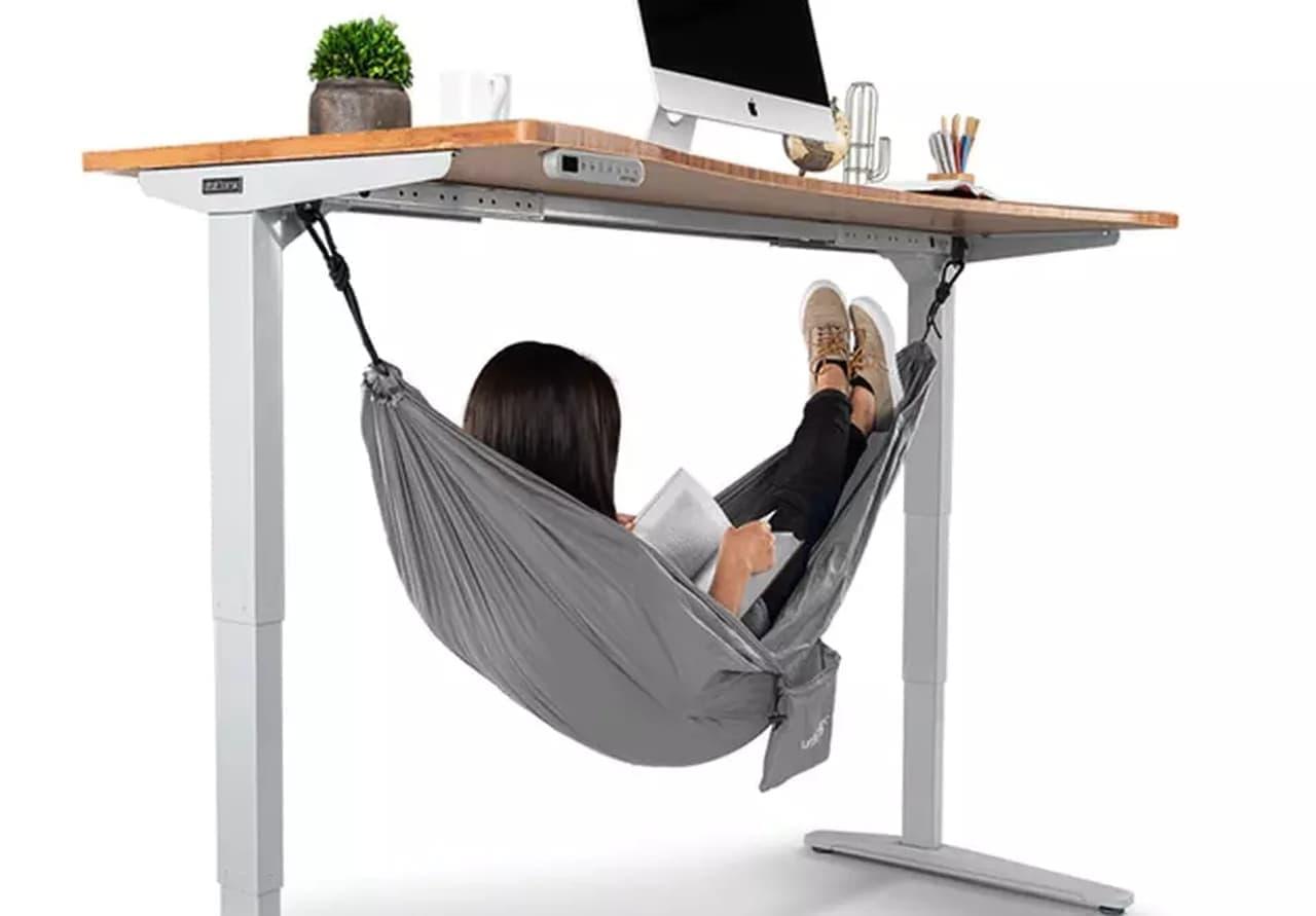 オフィスでバカンスを楽しめるハンモック「Under Desk Hammock」