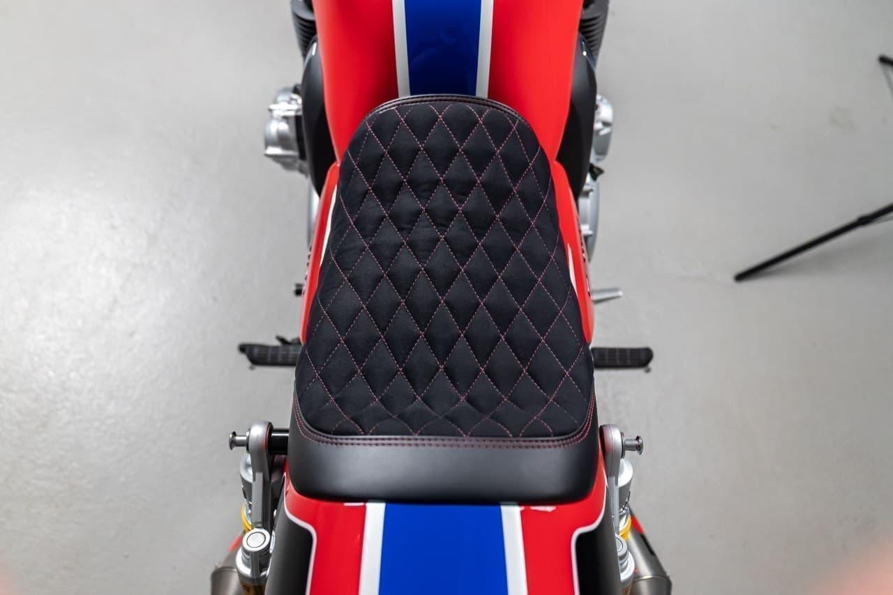 これにより、1980年代の耐久レースマシン「RS1000」への敬意を表したデザインとされました。