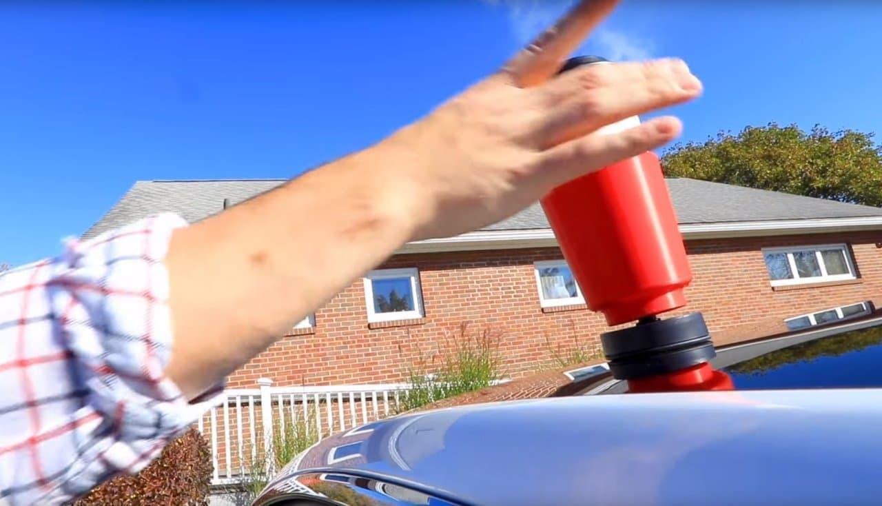 クルマのルーフに装着するカップホルダー「CarTop CupHolder」