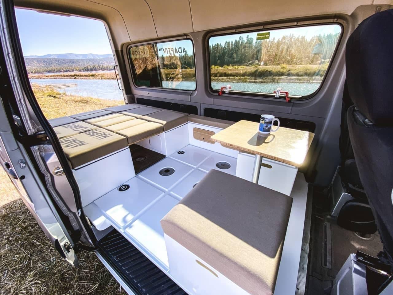 キャンピングカーシステム「Adaptiv for Vans」