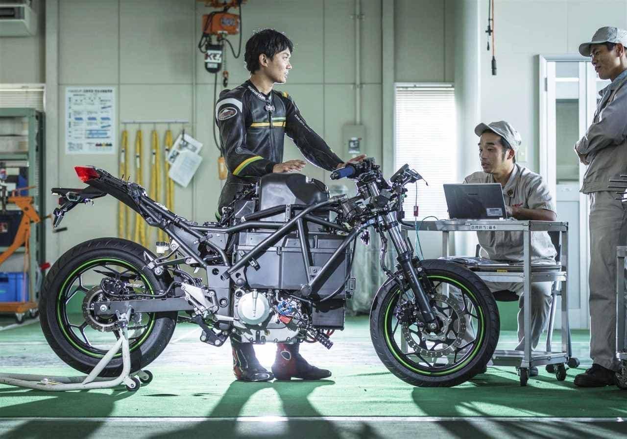カワサキがミラノショーで公開した電動バイクコンセプトの詳細を明らかに