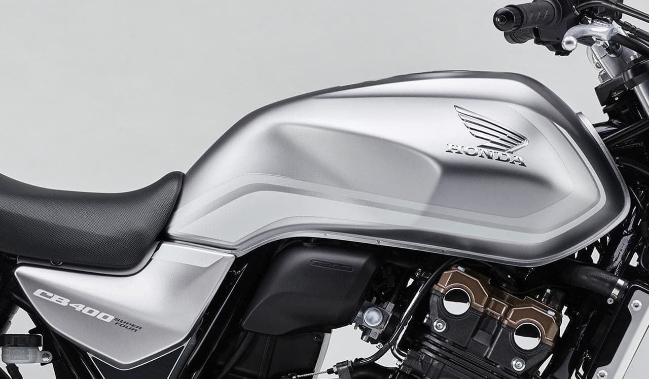 ホンダ「CB400 SUPER FOUR」に「マットベータシルバーメタリック」の特別仕様車