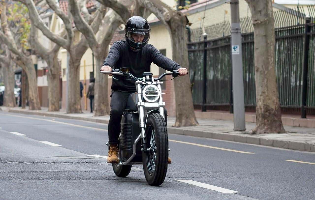 あえて昔ながらのバイクデザインにこだわった電動バイク「eScrambler」