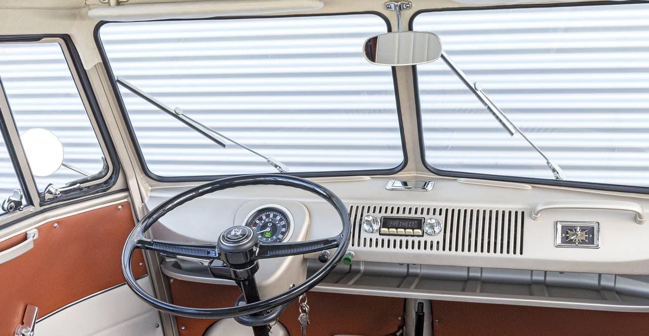 1966年のワーゲンバスに現代のパワーユニットを搭載した「e-BULLI」