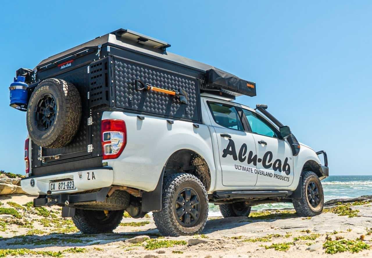 ピックアップトラックをキャンピングカーにするAlu-Cabの「CANOPY CAMPER」