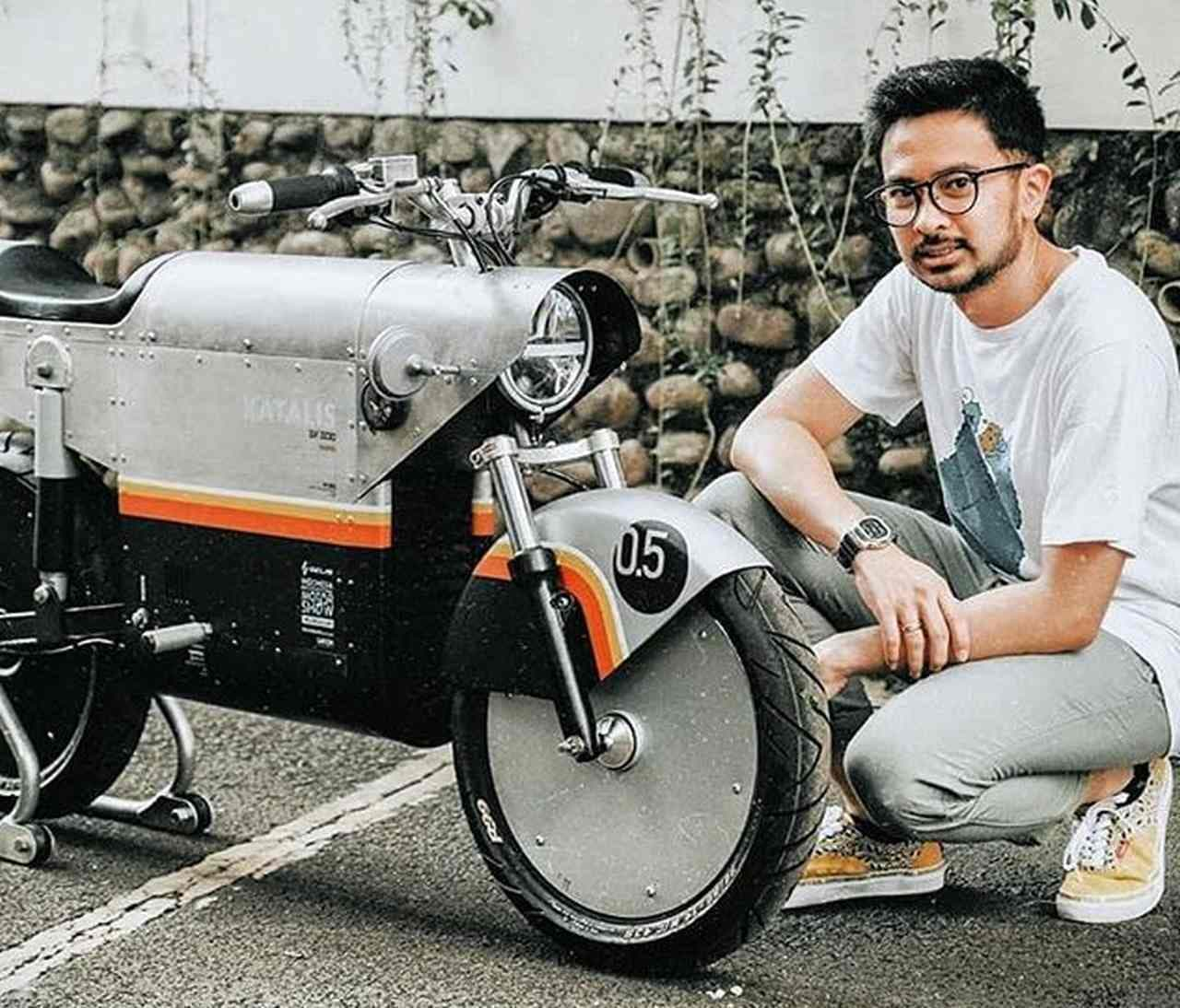 日本のアニメっぽいキャラで紹介する電動バイク KATALIS「EV.500」