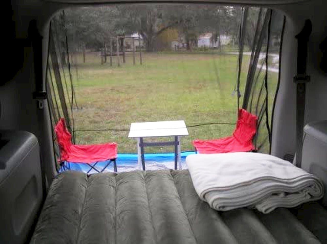 テールゲートを使って設営するテント「TailVeil」