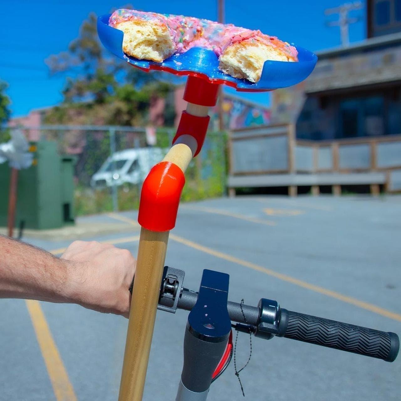 自転車通勤に便利……かもしれない「Scooter Platter」 - 自転車や電動キックボードに装着できる朝食プレート