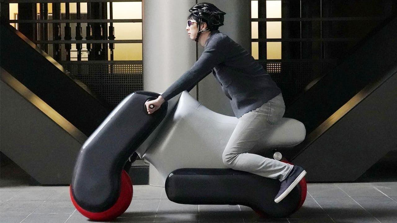 空気を入れて膨らませる電動バイク「poimo」発表 ― ポーズをとるだけでカスタムメイド可能に