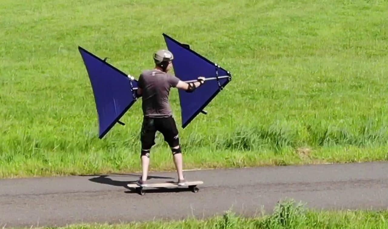 風の力で通勤!最高速度40キロ超え!折り畳み式セーリングデバイス「SailStick」