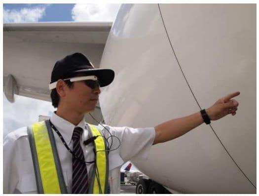 Google Glass を装着した整備士