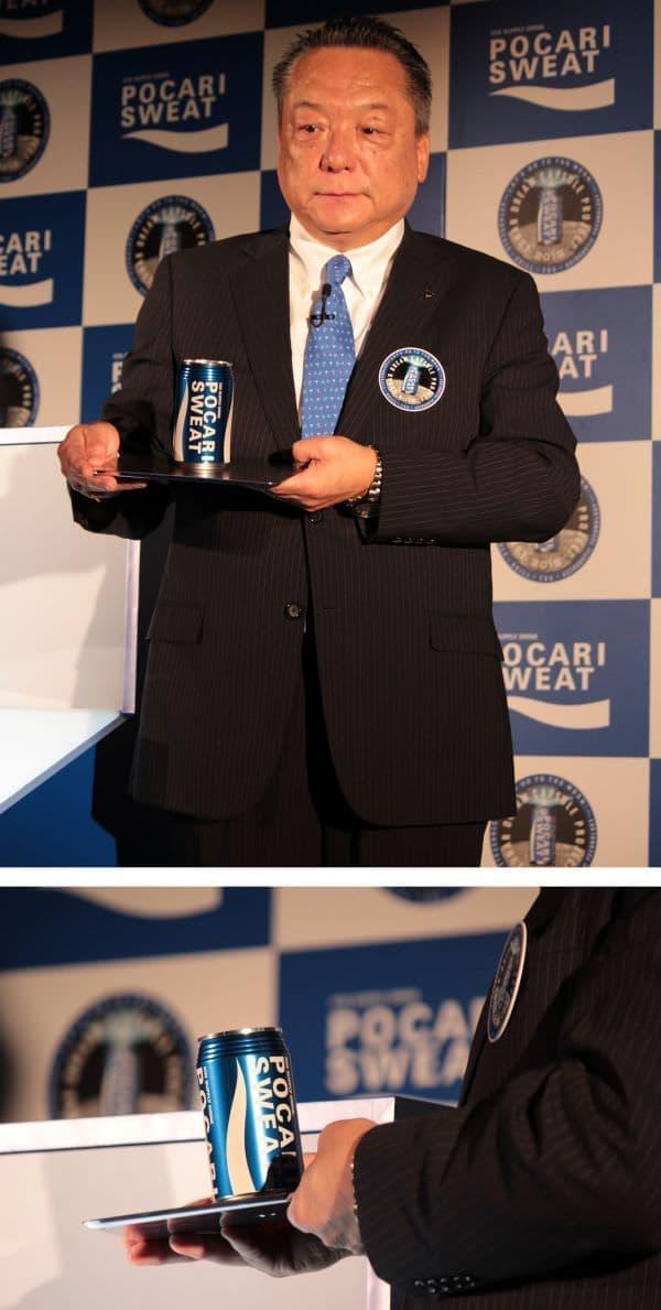 ポカリスエットの缶とそっくりなドリームカプセル  宇宙船や人工衛星などでは使われない青色を採用  初披露するのは梅野雅之さん(大塚製薬 代表取締役副社長)