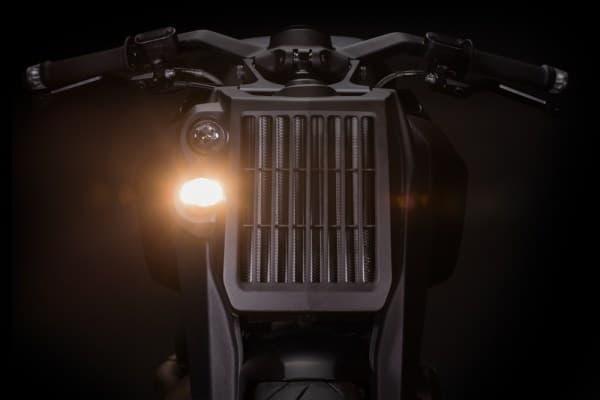 ライトが上下に並ぶヘッドライトシステムもユニーク