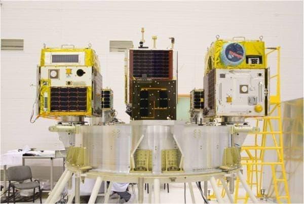 打ち上げ用「ドニエプルロケット」に搭載中の  「ほどよし3号」(左)と「ほどよし4号」(右)  (出典:東京大学大学院工学系研究科)