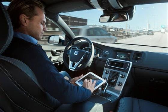 自動運転車が実用化されれば、運転中にタブレット端末を使用できるようになる