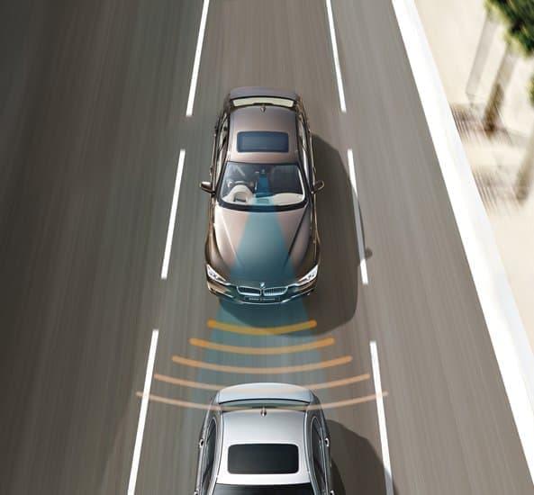 前方の車両との車間距離を維持し、低速走行時には車両停止まで制御する  「アクティブ・クルーズ・コントロール(ストップ&ゴー機能付)」