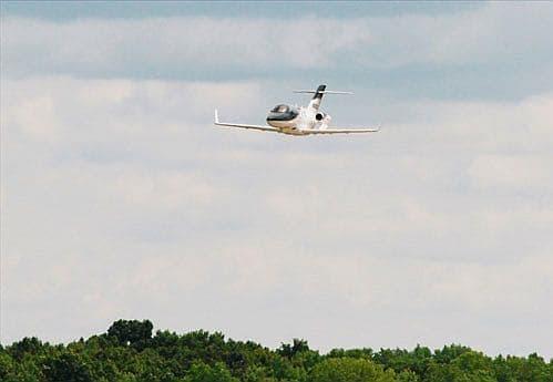 初披露記念式典後、会場上空でデモ飛行を実施