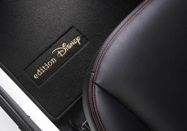 ベロアマットは「edition Disney」ロゴ入り