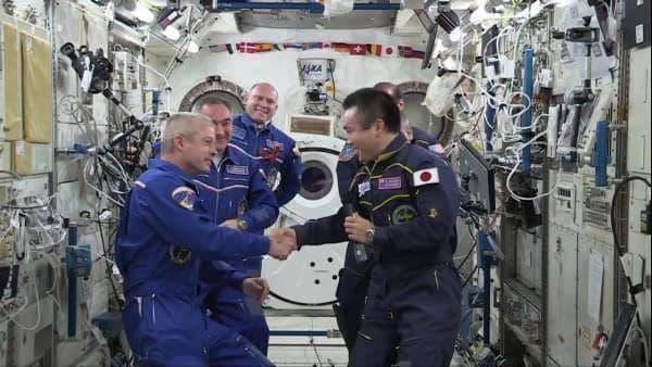 ISS 指揮権委譲セレモニーのようす  コマンダーが若田さんからスワンソンさんへ  (出典:JAXA)