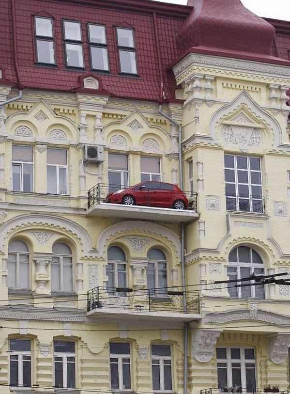 アパート3階のバルコニーに駐車しているトヨタビィッツ