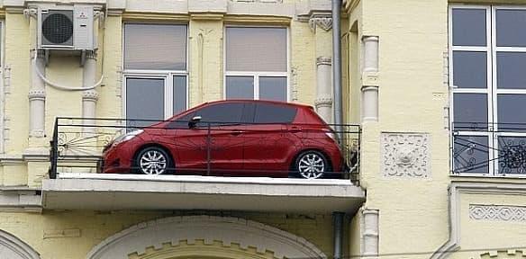 「こんな狭い場所にも駐車できます!」、というトヨタによるアピール??